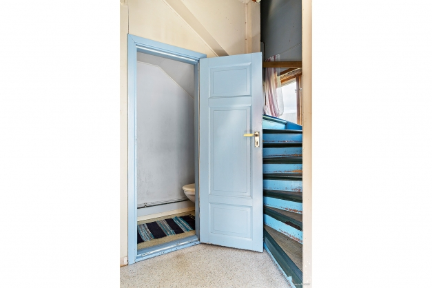 Hallen med wc-rum och trapp till övre plan