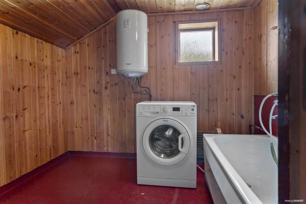 Badrum med tvättmaskin på övre plan