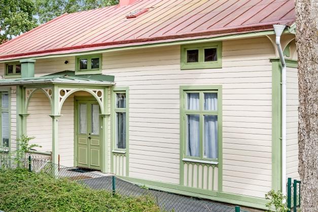 Välkommen till denna vackert utsmyckade byggnad med anor från 1800-talet