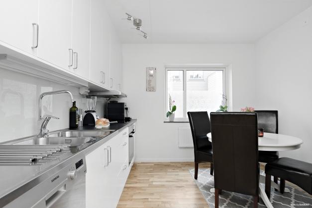 Kök med plats för matgrupp