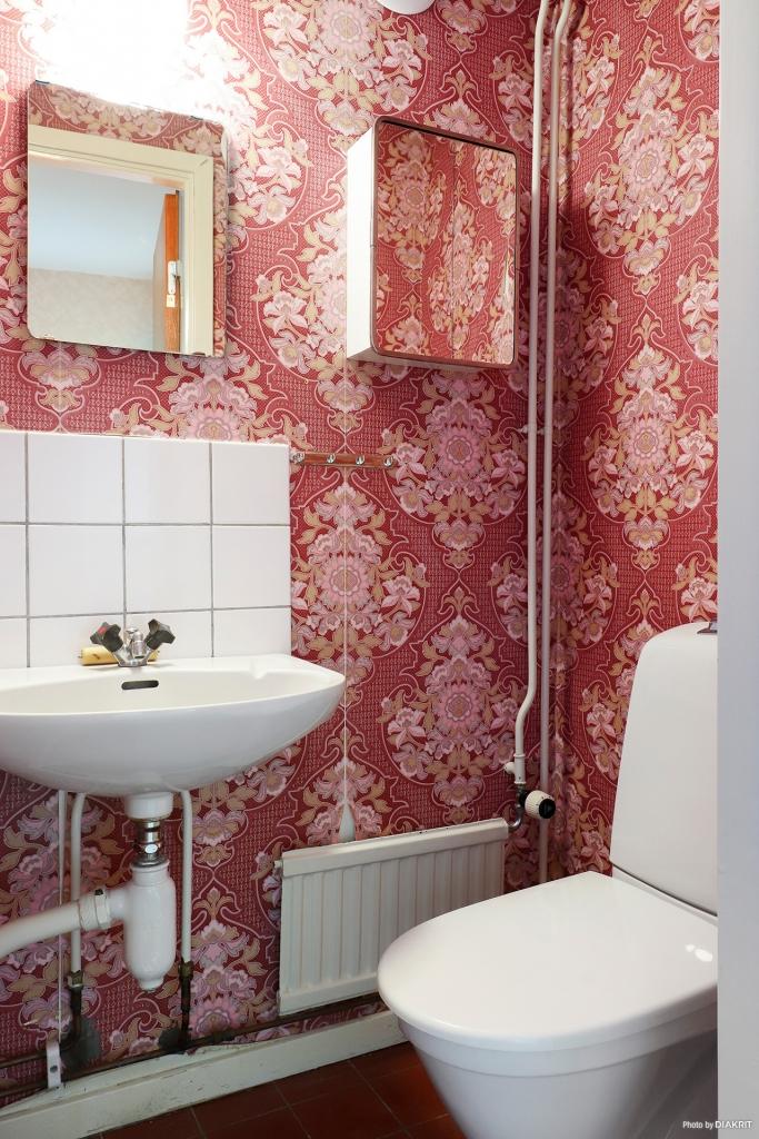 Toaletten i hallen i souterrängplanet