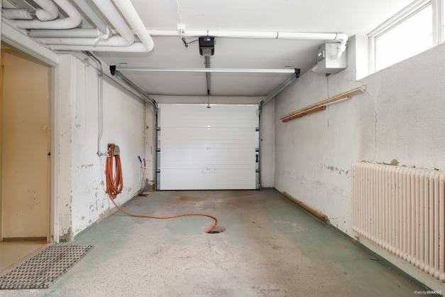 Det vidbyggda garaget i souterräng