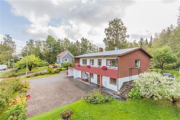 Välkomna till trivsamma Forsa och denna rymliga villa på Lundvägen 11!
