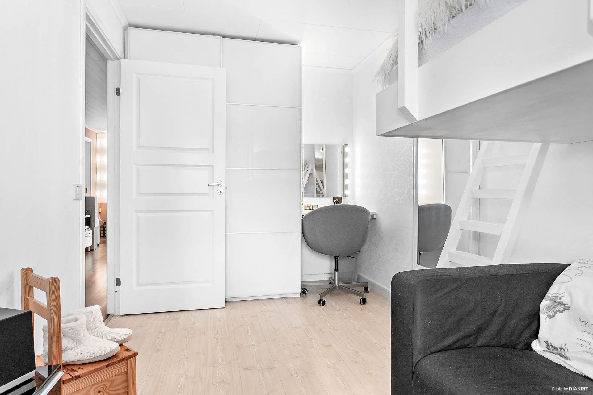Det första sovrummet med nybyggd garderob.
