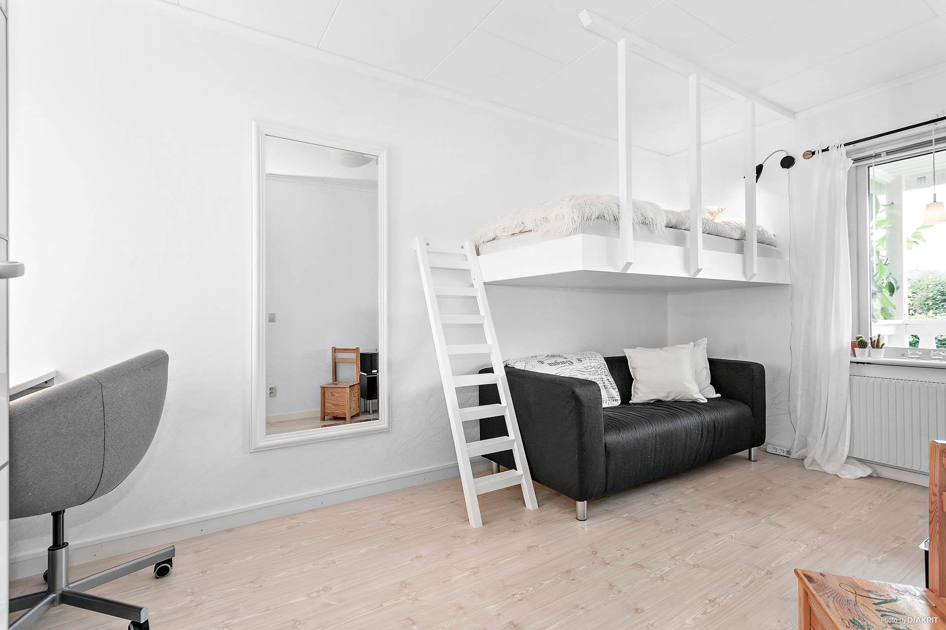 Det första sovrummet med platsbyggd säng.