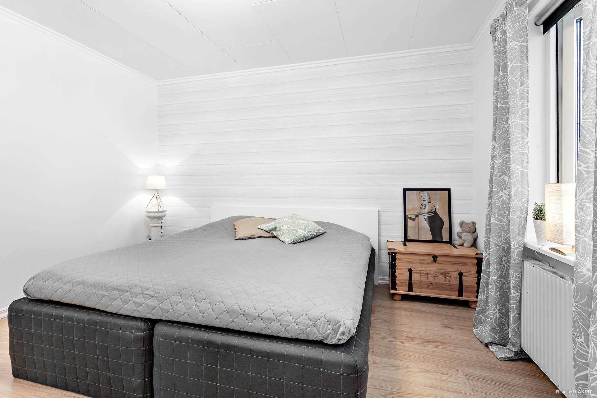 Det andra sovrummet med gott om plats för dubbelsängen.