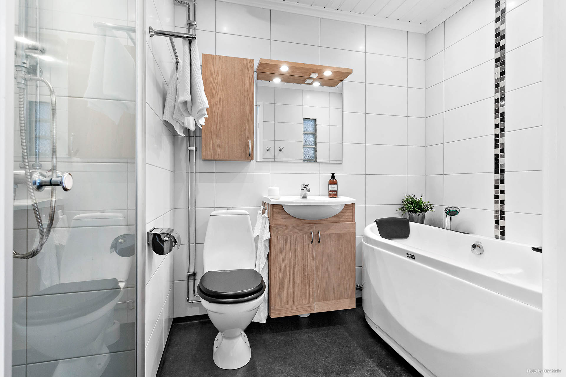 Ett underbart badrum med både bubbel och dusch.