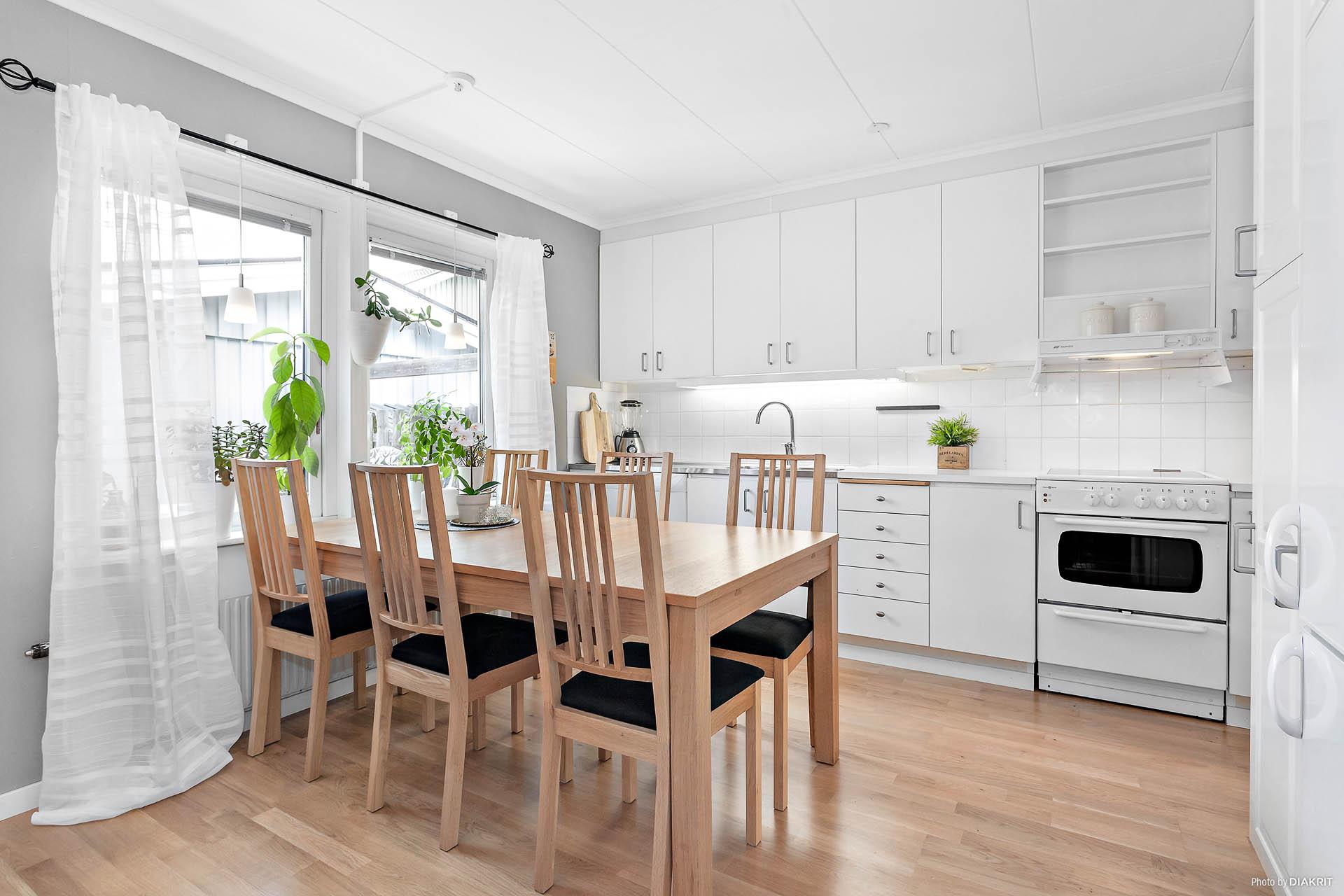 Matplats i kök med plats för flera middagsgäster