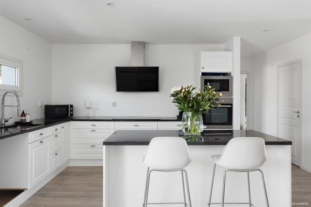 Kök Överskåp finns för montering till höger om fönster samt vänster om fläkt.