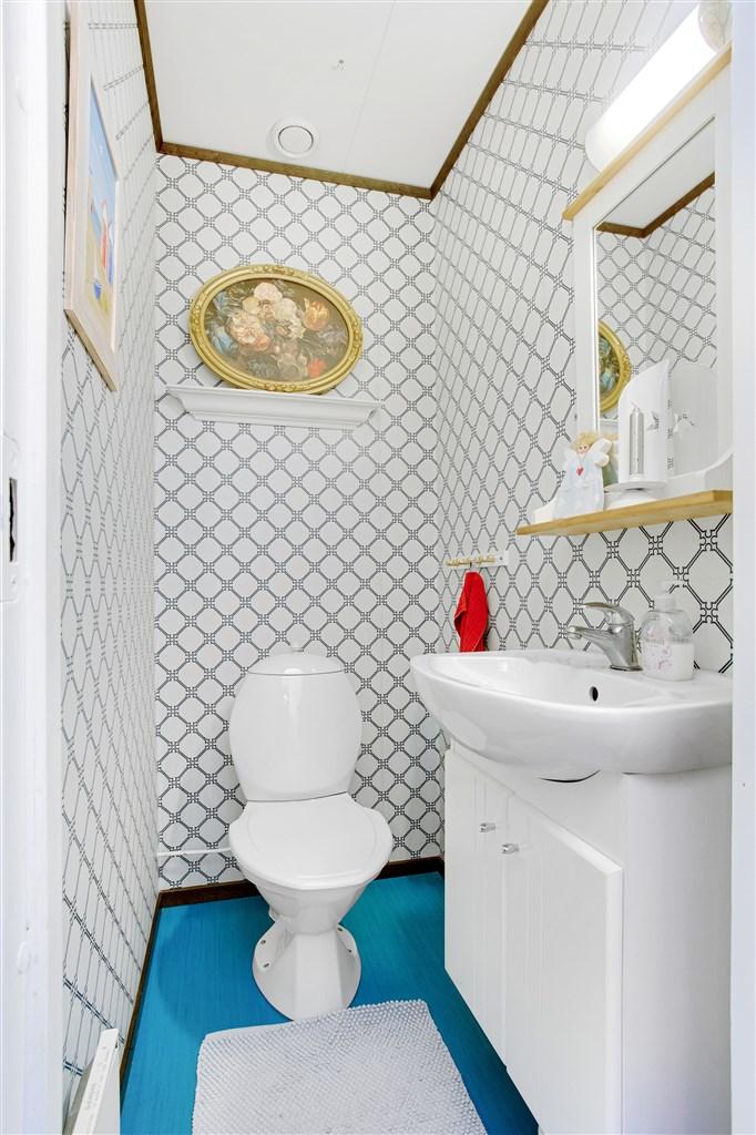 Wc utrustat med wc och handfat.