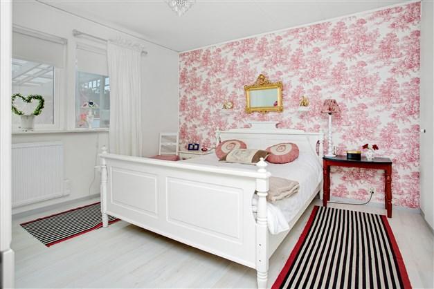 Sovrum 2 med 1 dubbelgarderob och 2 enkel.