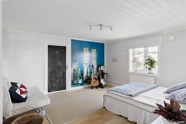 Stort sovrum med en alkov