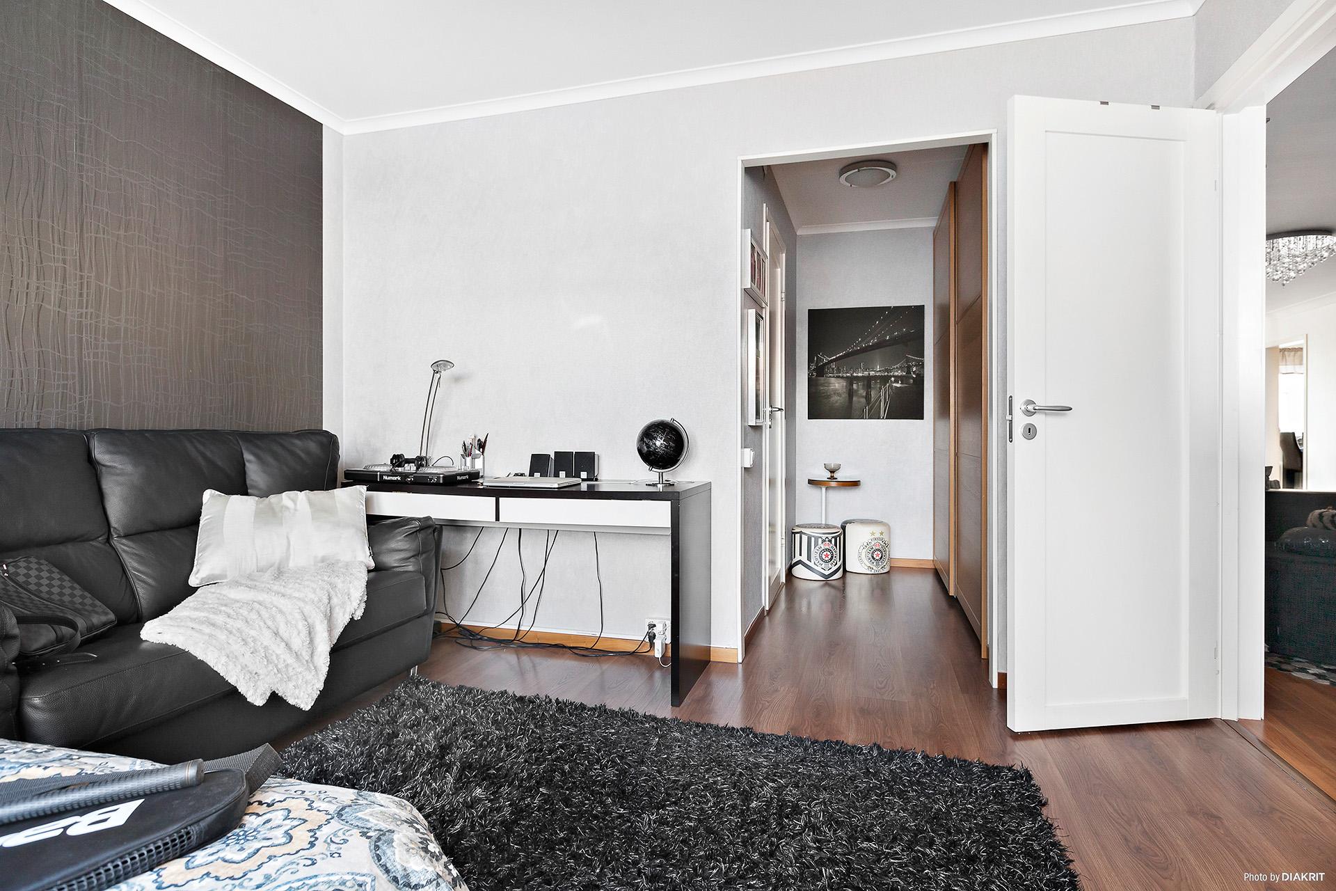 Sovrummet har ingång till badrum och effektiv förvaring via stor garderobsvägg i passagen in till badrummet.