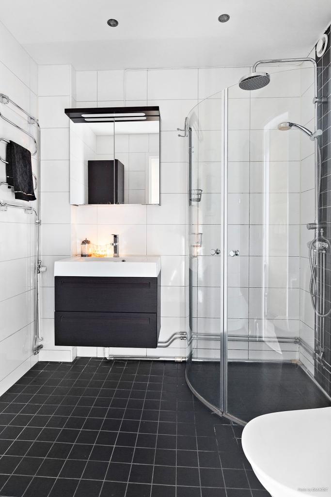 Badrum i modern färgskala. Dusch med  hand och takdusch.