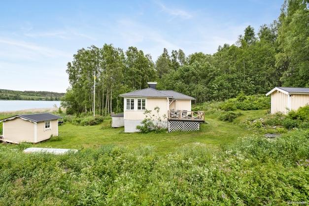 På tomten finns huvudbyggnaden, gäststuga samt dusch & bastubyggnad.
