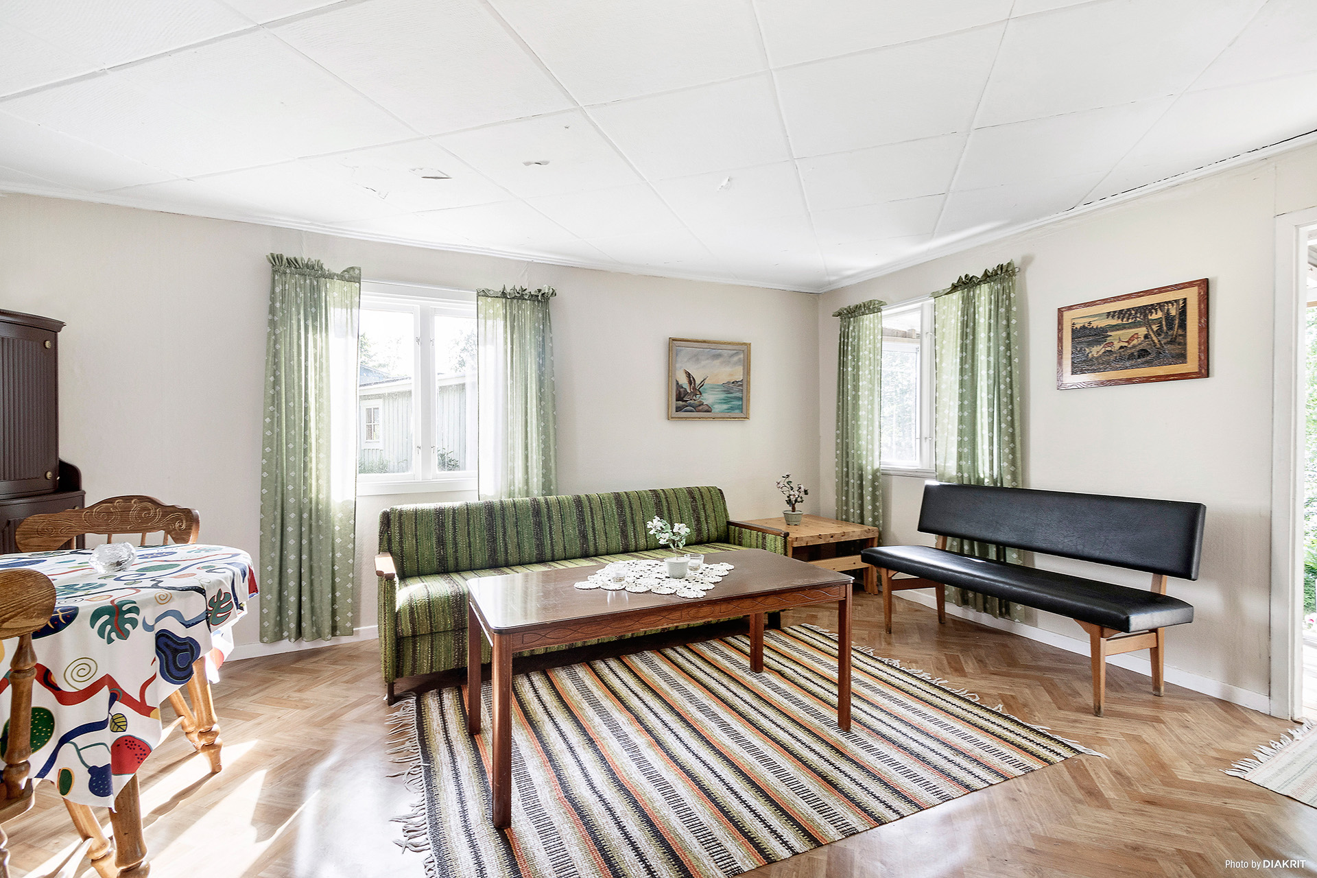 Vardagsrum/allrum med fönster i flera väderstreck för bra ljusinsläpp