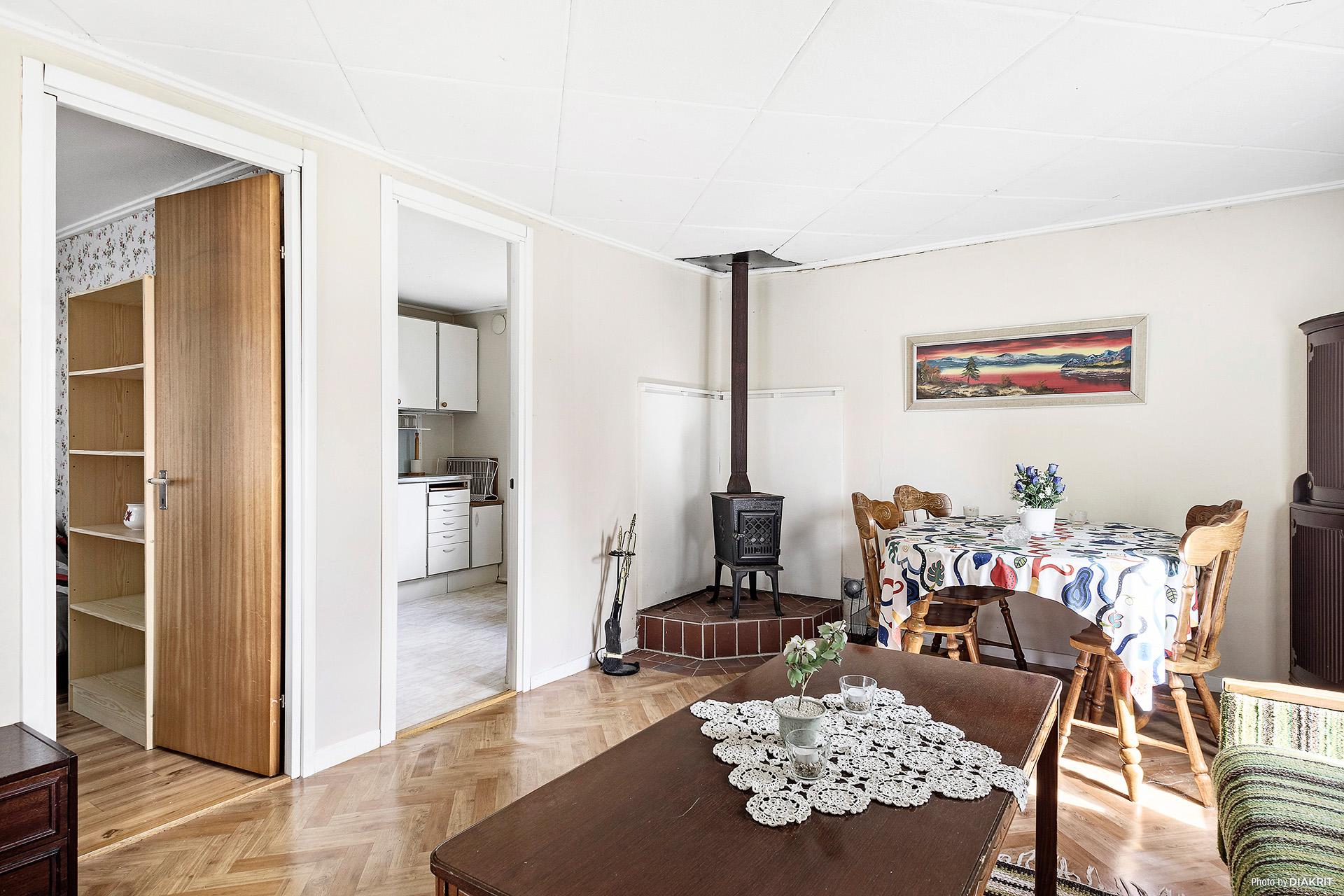 Vardagsrum/allrum i anslutning till kök och sovrum