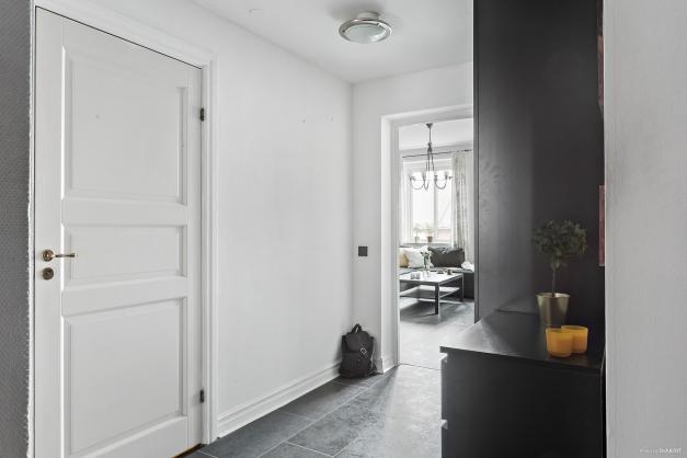 Hall med ingång till bad och mot vardagsrum