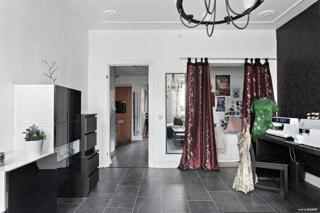 Vardagsrum med hall vänster och sovalkov till höger