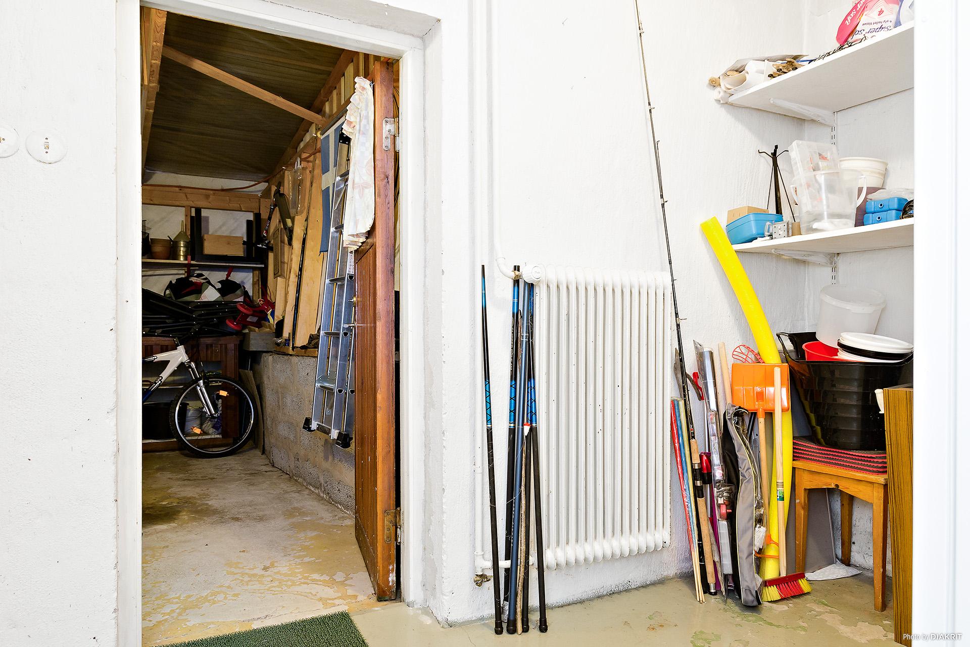 Förråd och utgång till garage