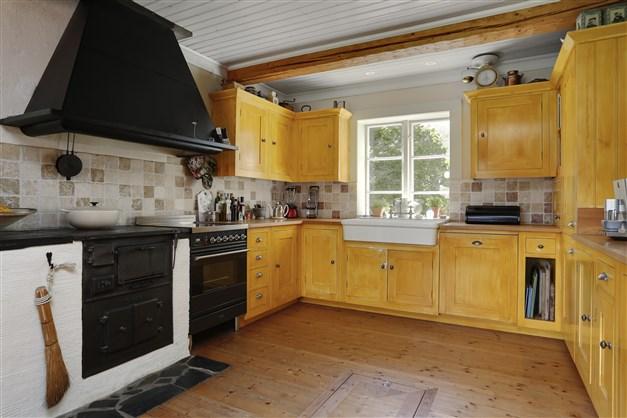Kök med vinkällare infällt i golv