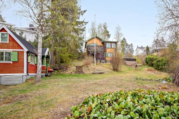 Lättbyggd, vacker och skyddad tomt med möjlighet att bygga upp till 300 kvm stort hus.