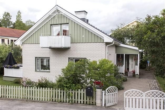 Välkomna till Byvägen 13 - charmig villa inom Fridhems populära villakvarter!
