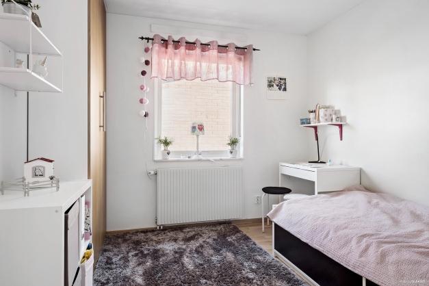 Sovrum 1 med plats för säng och ytterligare möblemang.