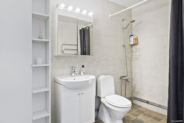 Rymligt badrum med plats för tvättmaskin