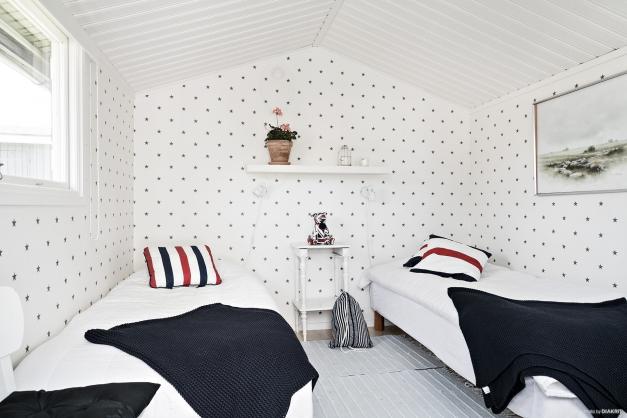 Gäststugan är perfekt när man har gäster som stannar över natten. Det finns utrymme för två enkelsängar.