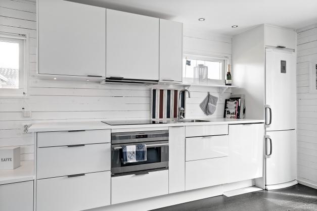 Köket är utrustat med ugn, induktionshäll, kyl/frys och fläkt. Flertalet skåp för bra förvaring i köket.
