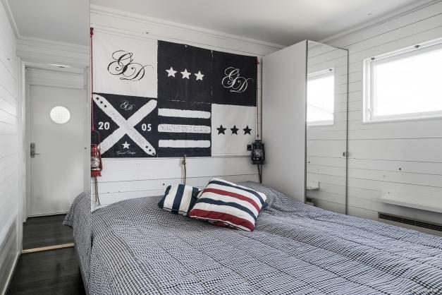 Sovrum med två garderober.