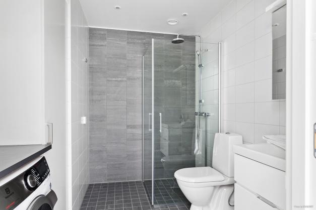Läckert badrum med allt man kan tänkas behöva.