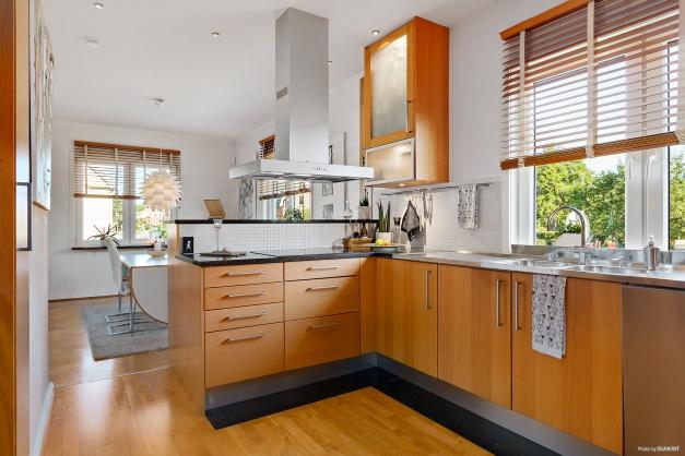 Köket med vy in mot vardagsrummet