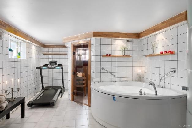 I källaren finns ett härligt spa med bastu
