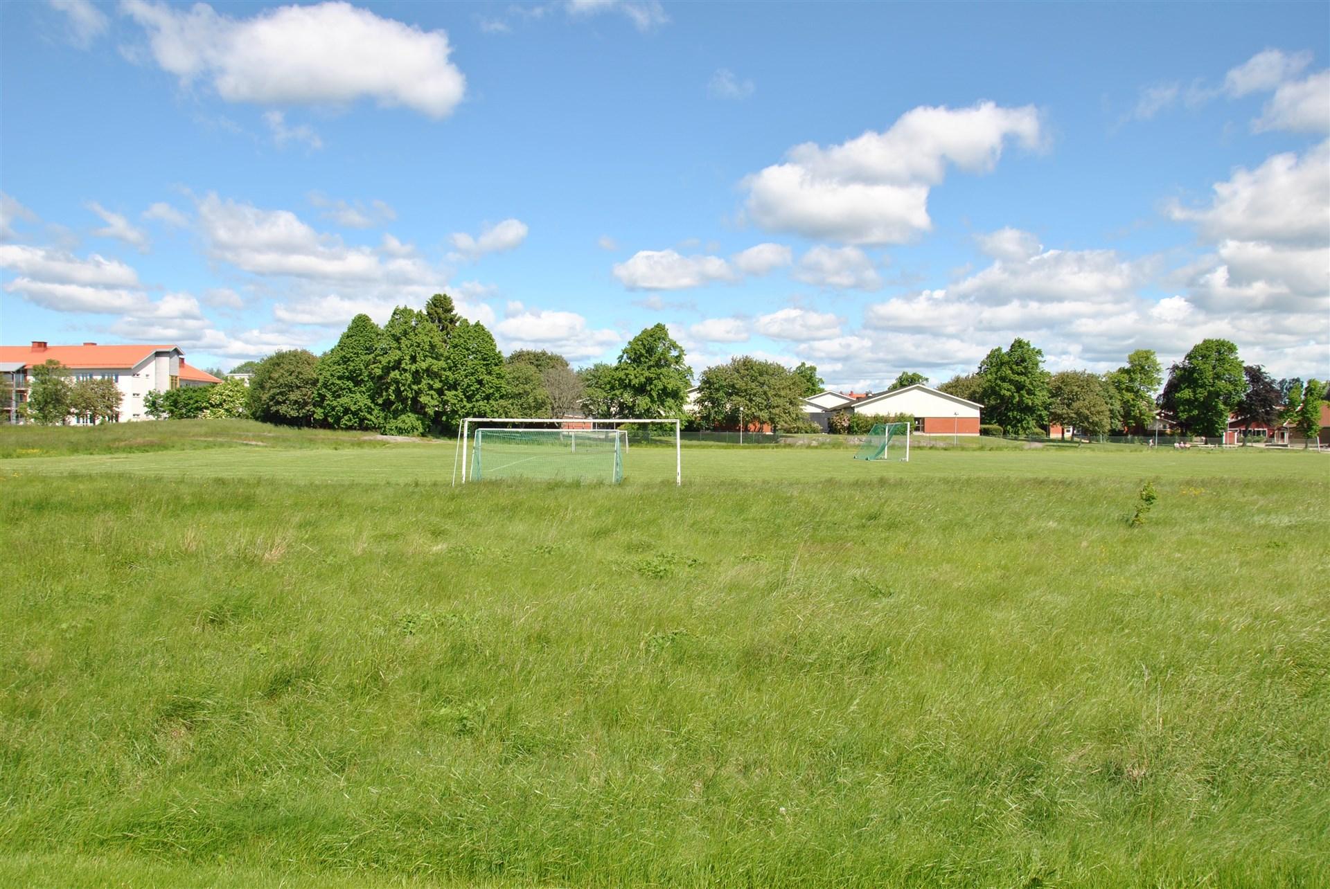 Områdesbild - Ängsvallen, med bl. a. fotbollsplan (sommarbild)