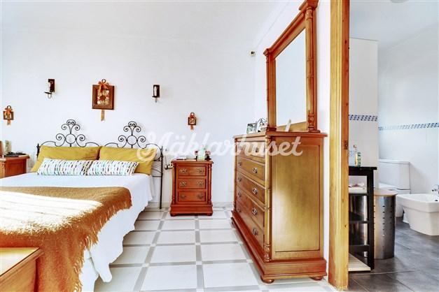 Fint master bedroom med eget badrum