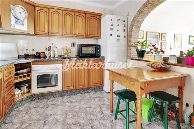 Trevligt kök med stor öppning mot vardagsrummet