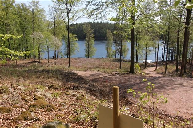 Tomten 1:56 är högt belägen med vacker utsikt över sjön Immeln och med direkt tillgång till stigen som leder ner till sjön och gemensam brygga, kanotstativ och bänkar som får nyttjas fritt av de boende.