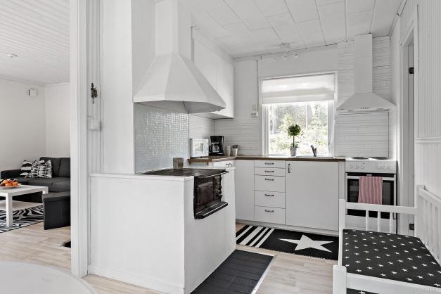 Välutrustat kök med gjutgärnsspis - Huvudstuga