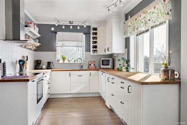 Kök med utsikt över baksidan.