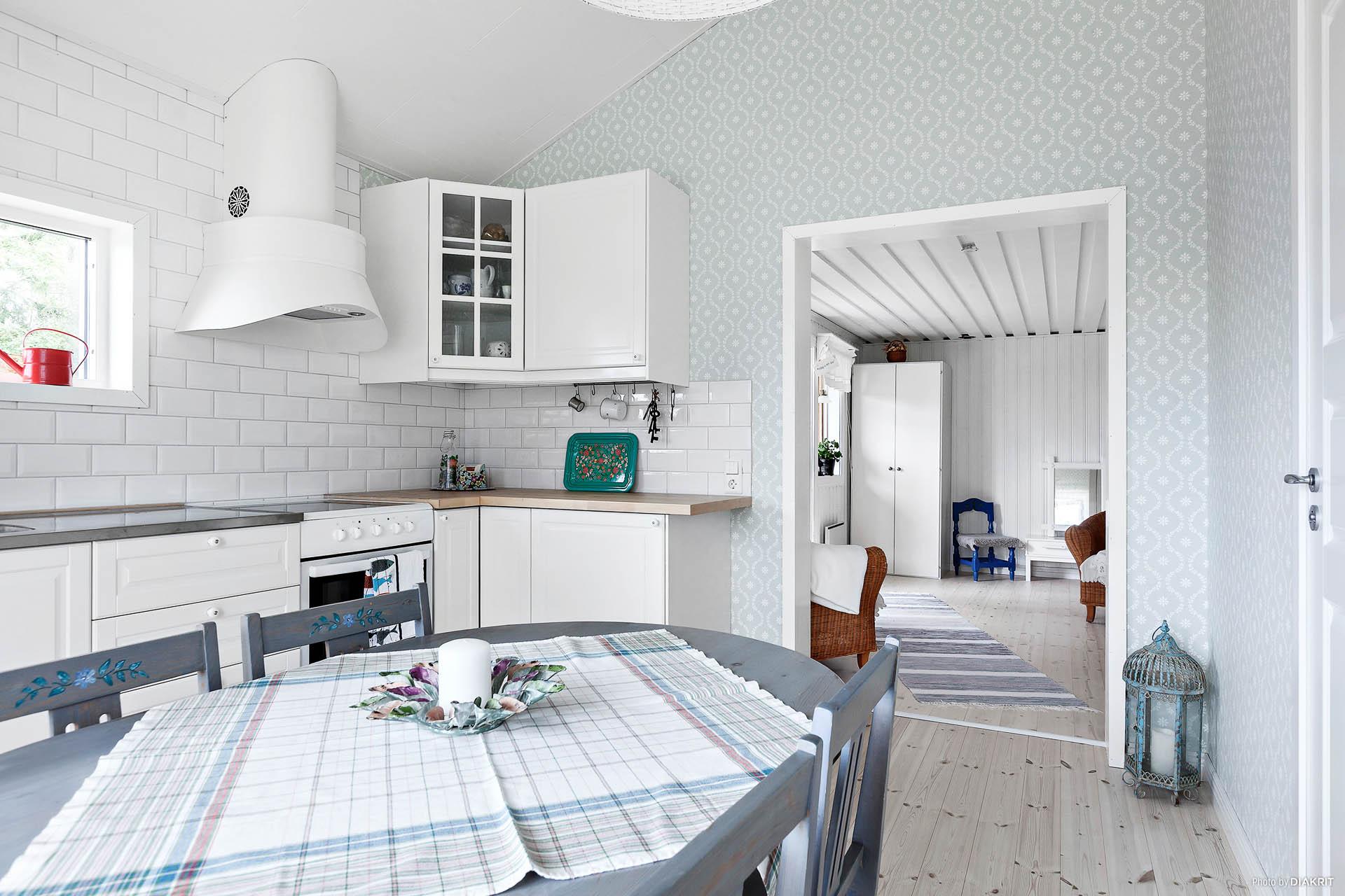 Kök (2015) med vitlaserat massivt furugolv