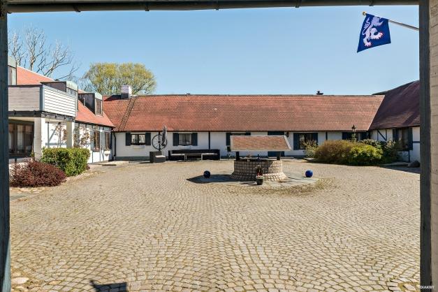 Trevlig innergård med ingång till två bostäder, kontorsutrymme och flera garage