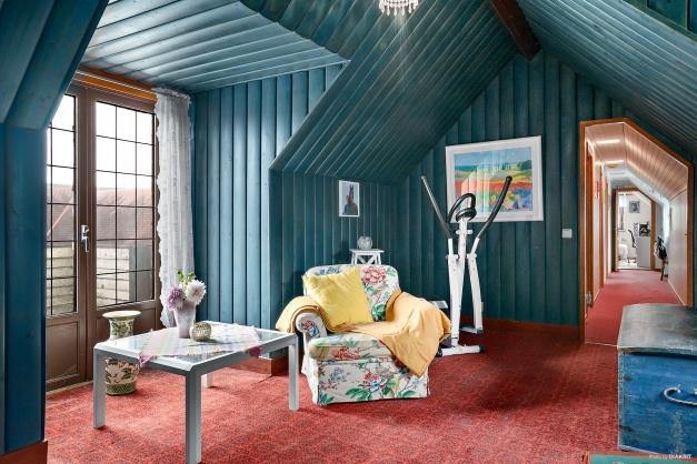 Välkommen upp till övervåningen sovrum, klädkammare och två badrum