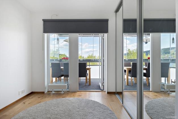 Sovrum, kontor, gästrum med hel garderobsvägg och utgång till balkong med fantastisk utsikt och öppet läge