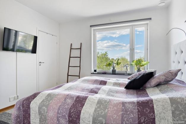 Master bedroom med walk-in-closet och badrum en suite