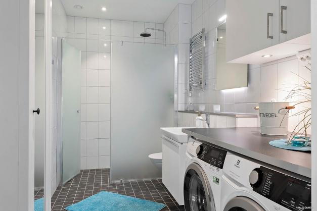 Badrum med kombinerat tvättstuga som nås direkt från hallen