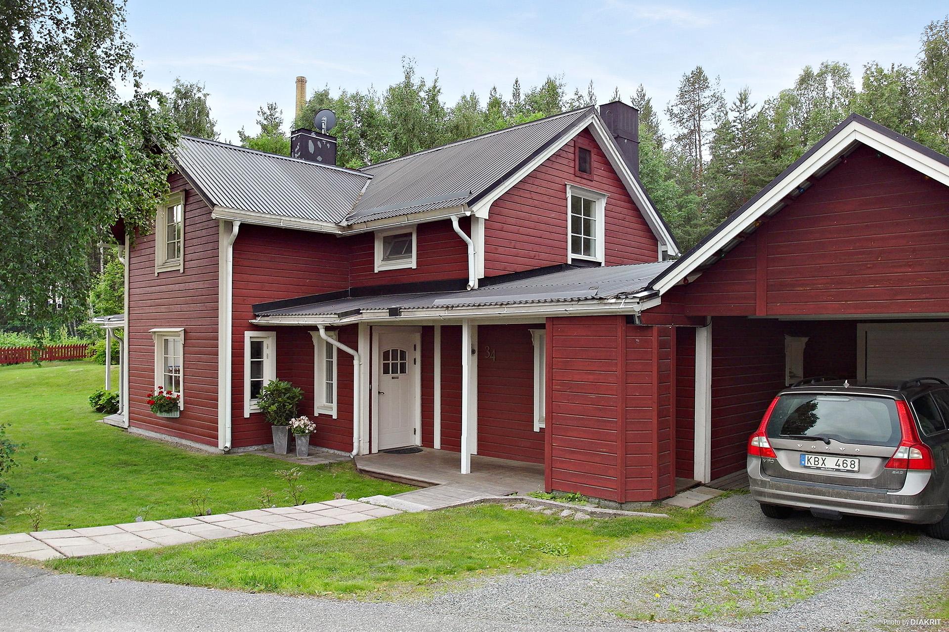 1½ plans villa med vidbyggt garage och carport.