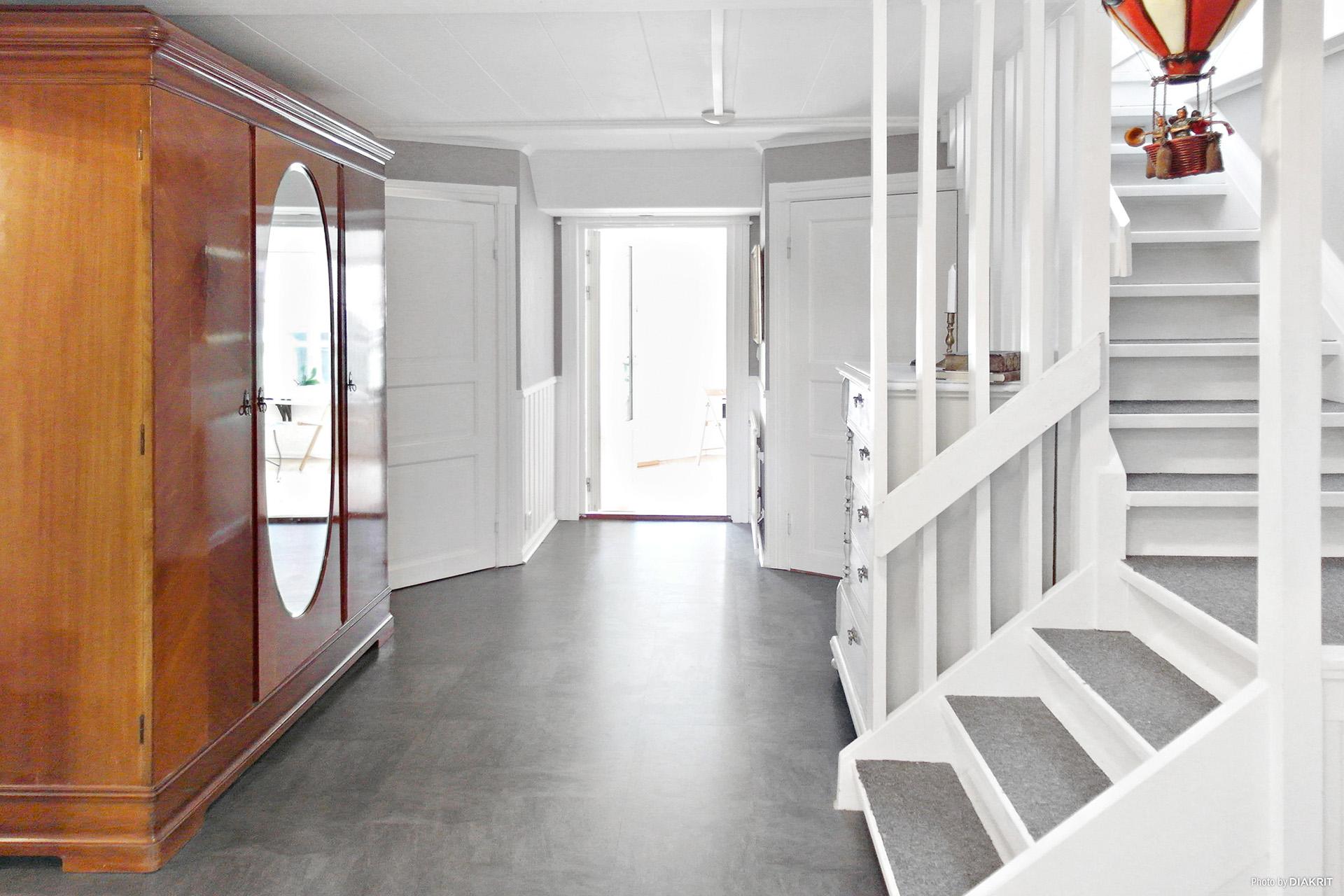 Innerhall med trappa upp till övervåningen.