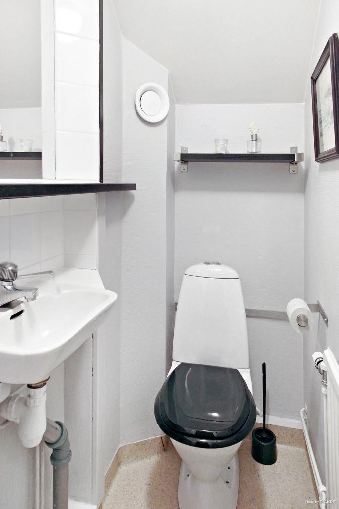 Liten toalett på övervåningen.